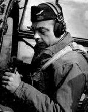 Antoine de Saint-Exúpery, con el uniforme del Ejército Francés, antes de iniciar uno de sus vuelos de reconocimiento.